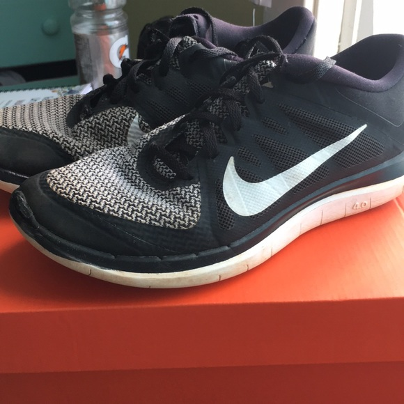 official photos 3ab93 9db4f Black and White Nike Free Run 2.0 Women's Shoes